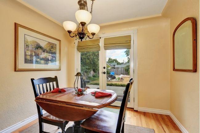Dekorasi Ruang Makan Sempit Dengan Meja BerdaunTelingga