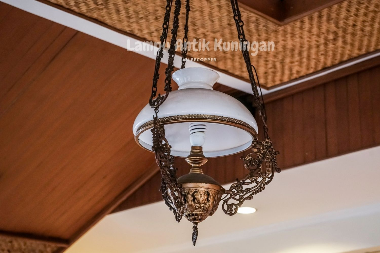 Lampu antik Kuningan adat Jawa