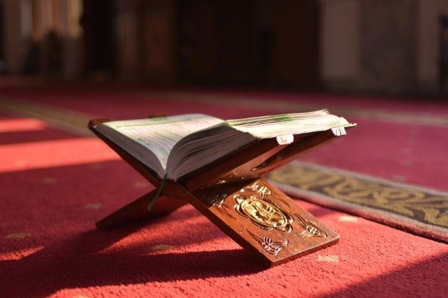 Al Quran Sebagai Aksesoris Masjid