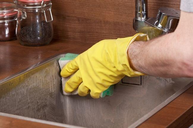 Membersihkan Wastafel Dapur